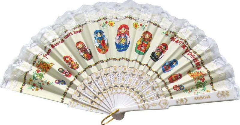 Abanico blanco con muñecas rusas