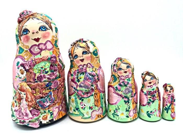Matrioska en un mini sombrero con una niña, 5 asientos. 20 cm