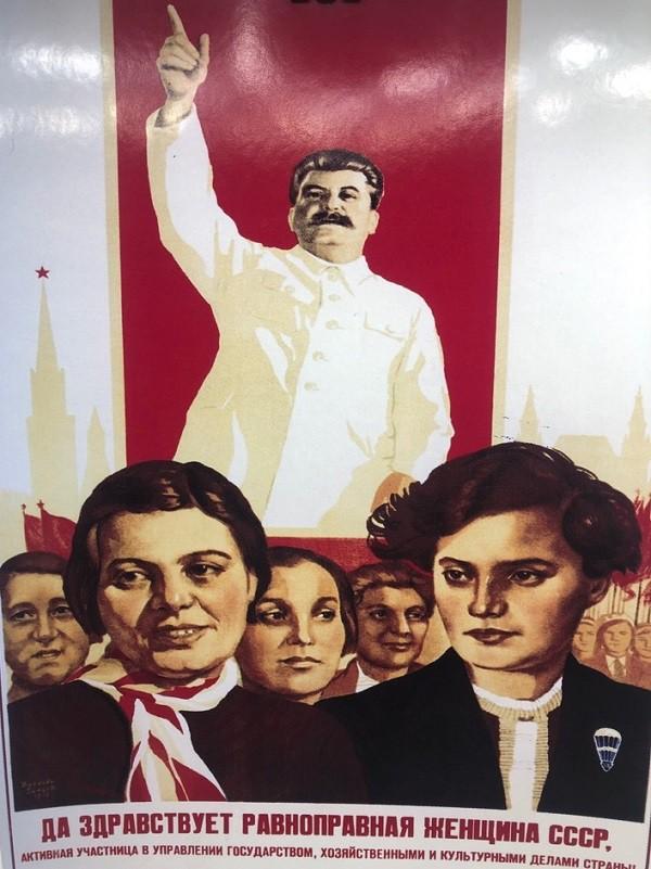 """Cartel """"Viva la mujer igualitaria de la URSS"""""""