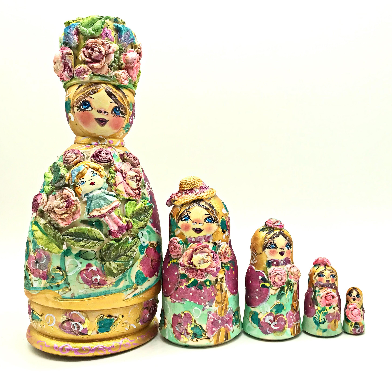 Matrioska escultura en un sombrero con una niña, 5 asientos. 21 cm