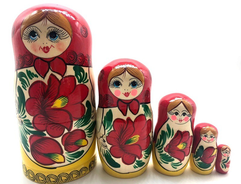 Muñeca rusa en pañuelo rojo con flores, 15 cm