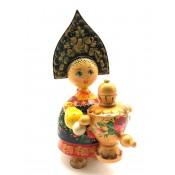 Muñeca de madera en kokoshnik, con  samovar, 20 cm.