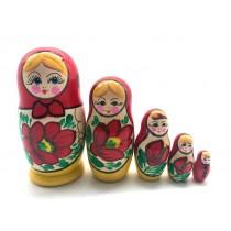 Muñeca rusa en el pañuelo rojo