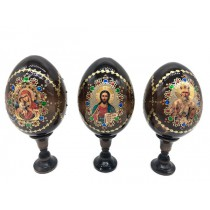 Huevo de madera en un soporte con tres iconos, 19 cm