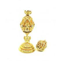 Huevo de Fabergé con caron colgante, dorado, 6 cm.