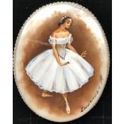 """Брошь """"Балерина"""" на перламутре"""